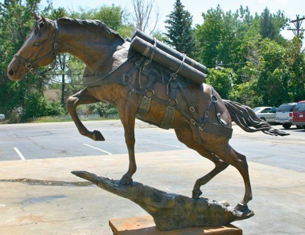 Statue of war horse Reckless